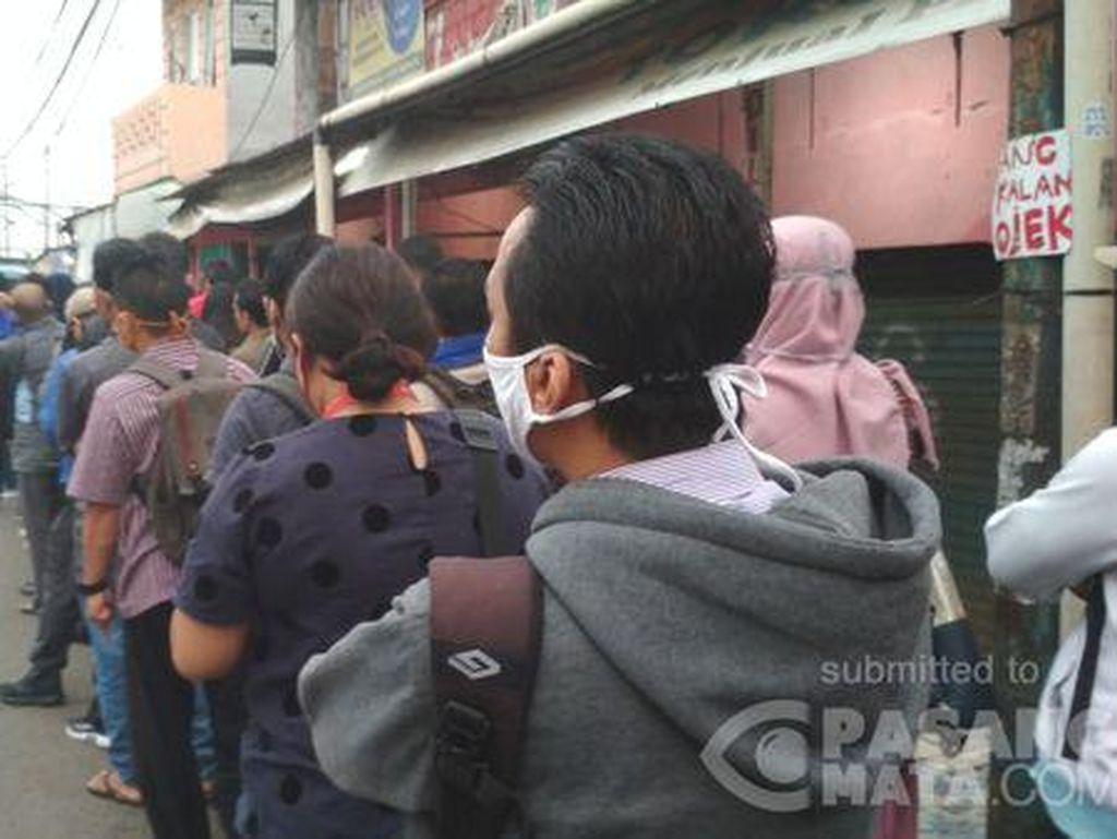 Stasiun Bojong Gede Padat, Antrean Penumpang KRL Membeludak ke Jalan