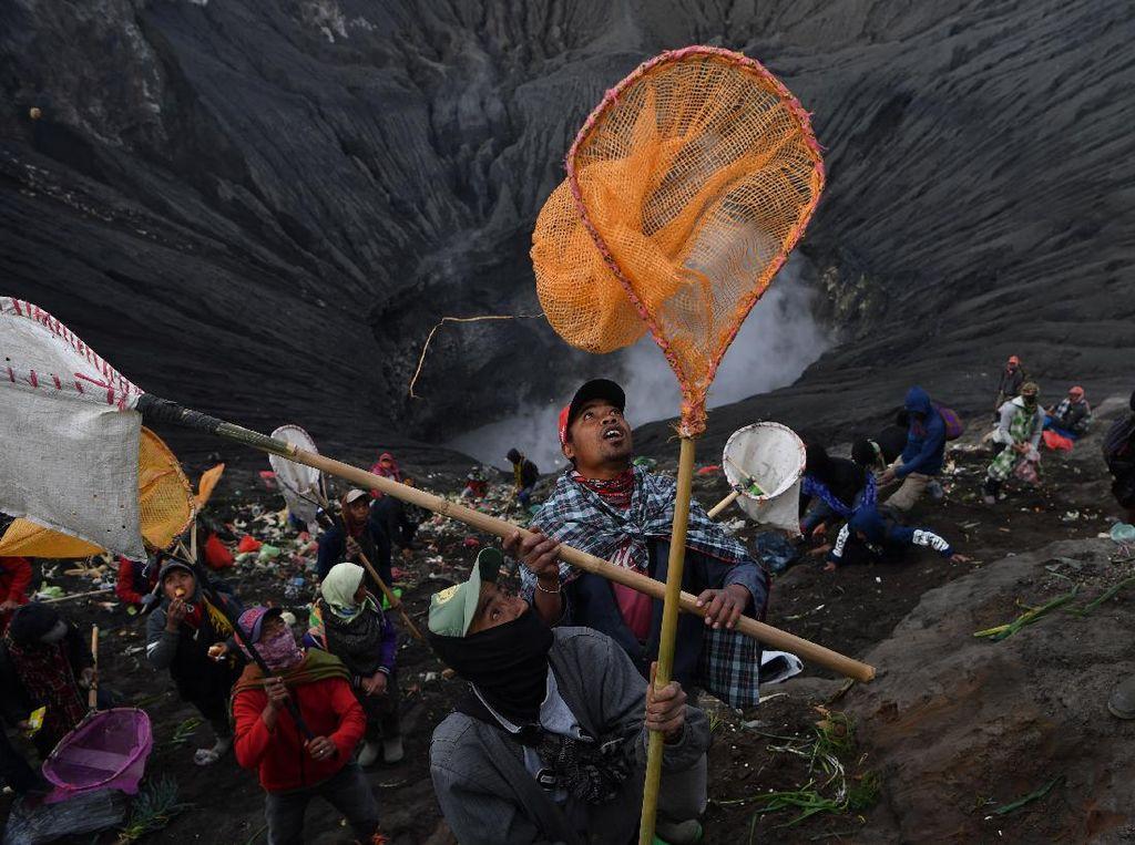 Melihat Ritual Yadnya Kasada Suku Tengger