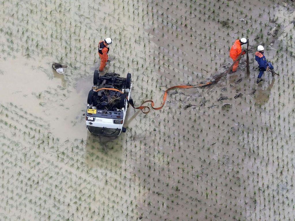 Mobil Ini Pontang Panting Diterjang Banjir