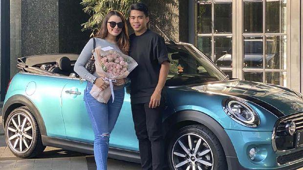 Eks Kapten Timnas Indonesia U-19, Nurhidayat Haji Haris memberikan hadiah mewah berupa mobil Mini Cooper Cabrio untuk sang kekasih.