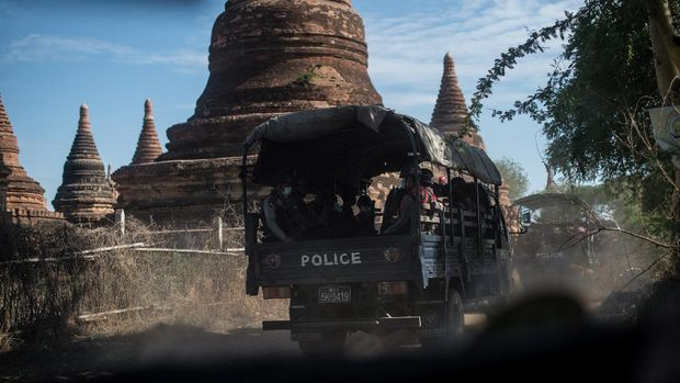 This photo taken on June 23, 2020 shows members of a police squad on patrol in a temple complex in Bagan, Mandalay Region. - A squad of gun-toting police patrol Myanmar's sacred site of Bagan under the cover of night, taking on plunderers snatching relics from temples forsaken by tourists due to coronavirus restrictions. (Photo by Ye Aung THU / AFP)