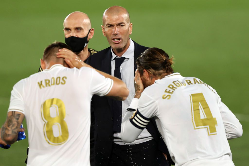 MADRID, SPAIN - JULY 02: Head coach Zinedine Zidane of Real Madrid talks to Toni Kroos and Sergio Ramos during the Liga match between Real Madrid CF and Getafe CF at Estadio Alfredo Di Stefano on July 02, 2020 in Madrid, Spain. Football Stadiums around Europe remain empty due to the Coronavirus Pandemic as Government social distancing laws prohibit fans inside venues resulting in all fixtures being played behind closed doors. (Photo by Angel Martinez/Getty Images)