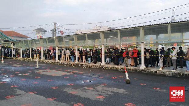 Antrean calon penumpang yang ingin menggunakan transportasi umum Kereta Rel Listrik (KRL) Commuter line terjadi di Stasiun Bogor, Senin (7/7) pagi.