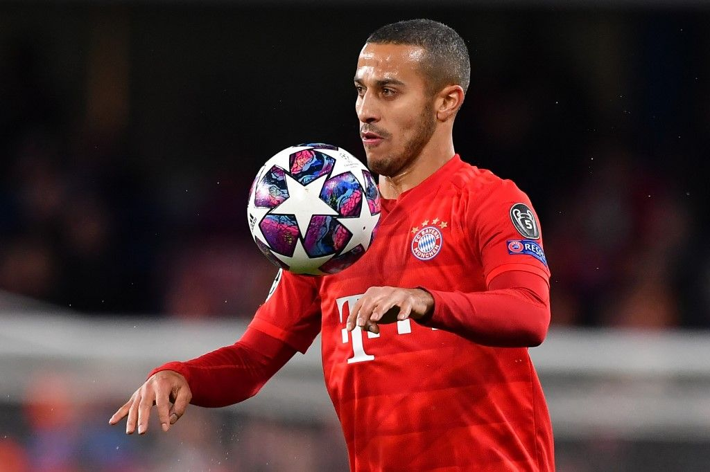 (FILES) This file photo taken on February 25, 2020 shows Bayern Munich's Spanish midfielder Thiago Alcantara playing the ball during the UEFA Champion's League round of 16 first leg football match between Chelsea and Bayern Munich at Stamford Bridge in London. - Thiago Alcantara is reportedly stalling on extending his Bayern Munich contract with the Spain midfielder, who has been linked to Liverpool, said to be considering leaving the German champions after seven years. (Photo by Ben STANSALL / AFP)