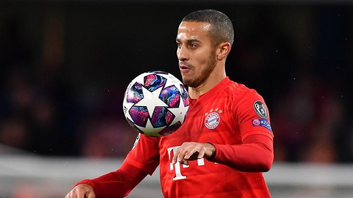 (FILES) This file photo taken on February 25, 2020 shows Bayern Munichs Spanish midfielder Thiago Alcantara playing the ball during the UEFA Champions League round of 16 first leg football match between Chelsea and Bayern Munich at Stamford Bridge in London. - Thiago Alcantara is reportedly stalling on extending his Bayern Munich contract with the Spain midfielder, who has been linked to Liverpool, said to be considering leaving the German champions after seven years. (Photo by Ben STANSALL / AFP)