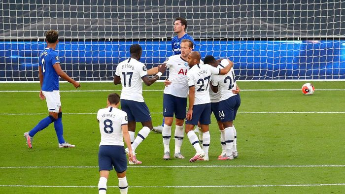 LONDON, ENGLAND - JULY 06: Giovani Lo Celso of Tottenham Hotspur celebrates after he scores his teams first goal past Jordan Pickford of Everton  during the Premier League match between Tottenham Hotspur and Everton FC at Tottenham Hotspur Stadium on July 06, 2020 in London, England. Football Stadiums around Europe remain empty due to the Coronavirus Pandemic as Government social distancing laws prohibit fans inside venues resulting in all fixtures being played behind closed doors. (Photo by Catherine Ivill/Getty Images)