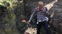 Viral Polisi Mengambil Bendera Merah Putih di Selokan, Begini Faktanya