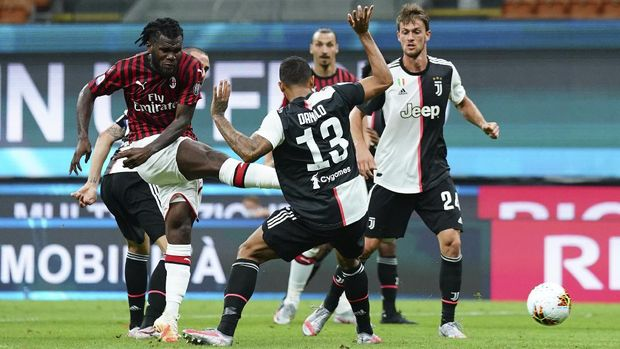 AC Milan's Franck Kessie, left, scores his side's 2nd goal during the Serie A soccer match between AC Milan and Juventus at the Milan San Siro Stadium, Italy, Tuesday, July 7, 2020. (Spada/LaPresse via AP)
