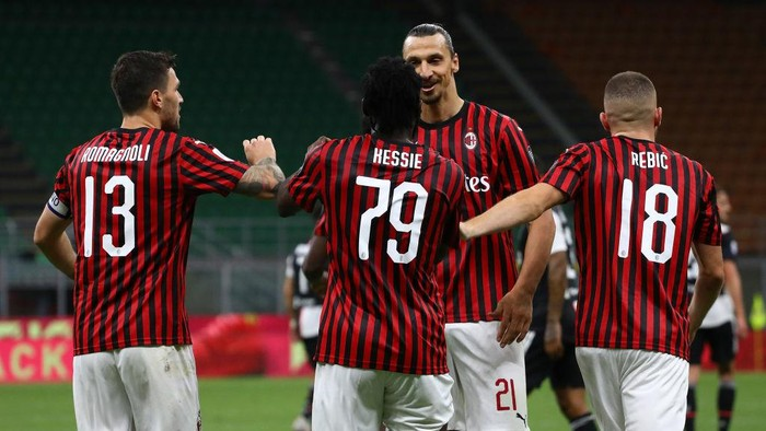 MILAN, ITALY - JULY 07:  Franck Kessie of AC Milan celebrates his goal with his team-mate Zlatan Ibrahimovic (back) during the Serie A match between AC Milan and Juventus at Stadio Giuseppe Meazza on July 7, 2020 in Milan, Italy.  (Photo by Marco Luzzani/Getty Images)