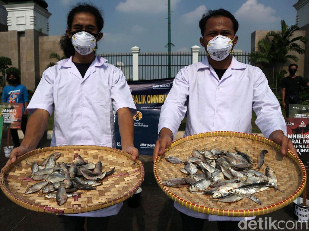 Sambil Bawa Ikan Asin, Massa Demo Omnibus Law di DPR