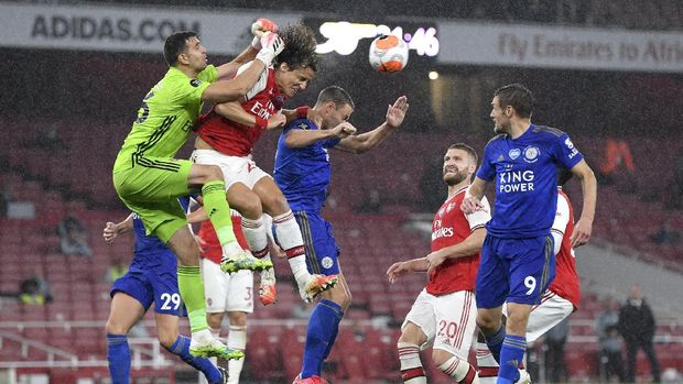 Arsenal's goalkeeper Emiliano Martinez punches the ball away from the goal during the English Premier League soccer match between Arsenal and Leicester at Emirates Stadium in London, England, Tuesday, July 7, 2020. (AP Photo/Shaun Botterill,Pool)
