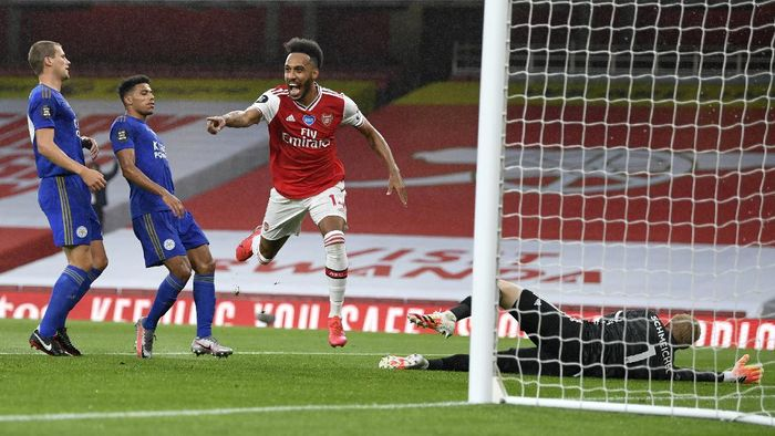 Arsenals Pierre-Emerick Aubameyang, centre, celebrates after scoring his teams first goal during the English Premier League soccer match between Arsenal and Leicester at Emirates Stadium in London, England, Tuesday, July 7, 2020. (AP Photo/Shaun Botterill,Pool)