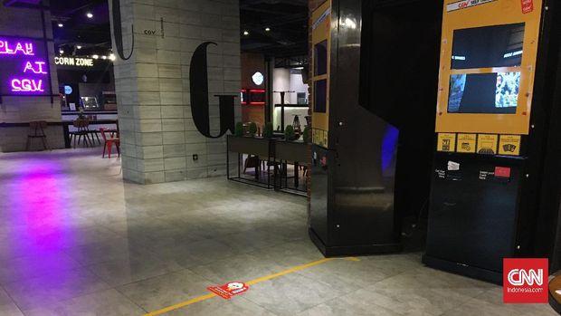 Bioskop CGV di fX tengah bersiap untuk kembali beroperasi. Salah satu pekerja menjelaskan saat ini mereka membersihkan bioskop tersebut