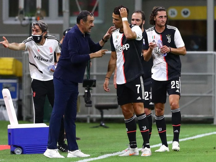 MILAN, ITALY - JULY 07:  Juventus FC coach Maurizio Sarri issues instructions to his player Cristiano Ronaldo during the Serie A match between AC Milan and Juventus at Stadio Giuseppe Meazza on July 7, 2020 in Milan, Italy.  (Photo by Marco Luzzani/Getty Images)