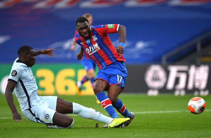 LONDON, ENGLAND - JULY 07: Kurt Zouma of Chelsea and Christian Benteke of Crystal Palace battle for the ball during the Premier League match between Crystal Palace and Chelsea FC at Selhurst Park on July 07, 2020 in London, England. Football Stadiums around Europe remain empty due to the Coronavirus Pandemic as Government social distancing laws prohibit fans inside venues resulting in all fixtures being played behind closed doors. (Photo by Justin Setterfield/Getty Images)