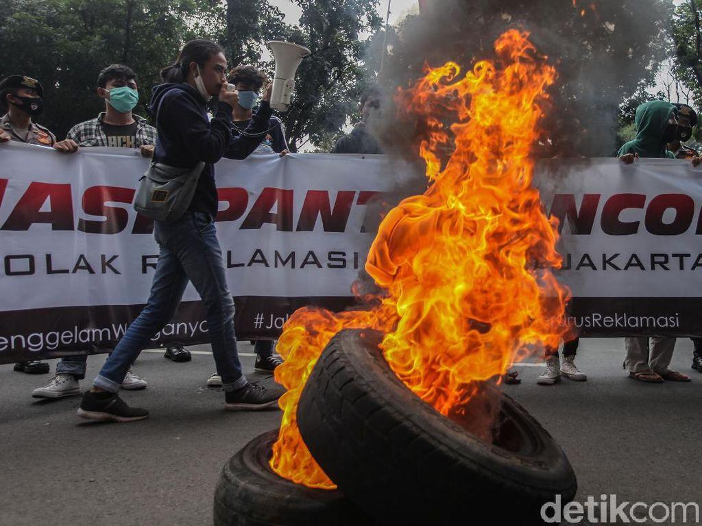 Demo Reklamasi Ancol, Mahasiswa Bakar Ban di Depan Balai Kota