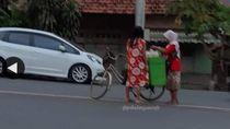 Santuynya Kebangetan! Emak-emak Bakul Jamu Ini Viral Jualan di Tengah Jalan