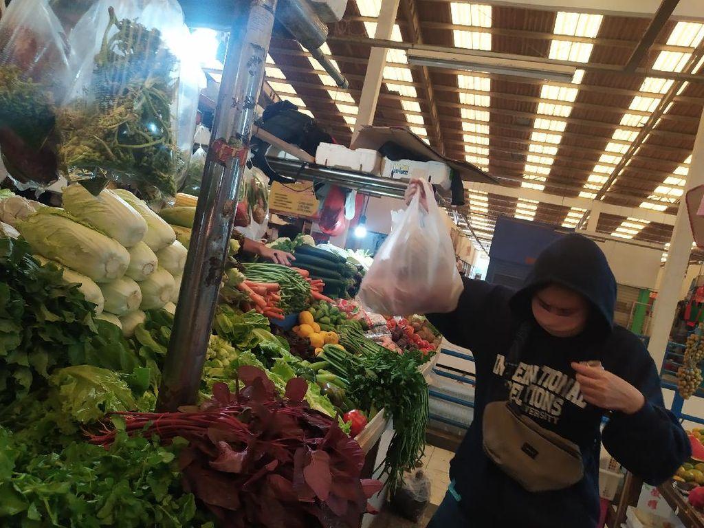 Pedagang-Pembeli di Pasar Koja Baru Jakut Masih Pakai Kantong Plastik