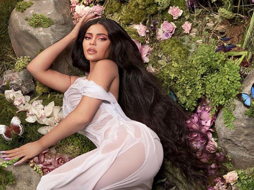 Kylie Jenner Ukir Nama Anak di Rolls Royce Miliknya