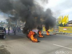 Protes Nama Calon di Pilkada, Massa DPD II Golkar Bakar Ban Depan DPD Sultra