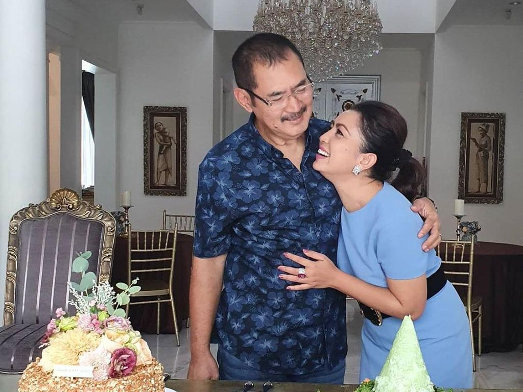 20 Tahun Menikah, Ini 8 Potret Mesra Bambang Trihatmodjo dan Mayangsari