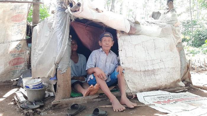 Mbah Tarso (70) bersama sang istri Sugiani (31) hidup di gubuk karung di Banyumas, Rabu (8/7/2020).