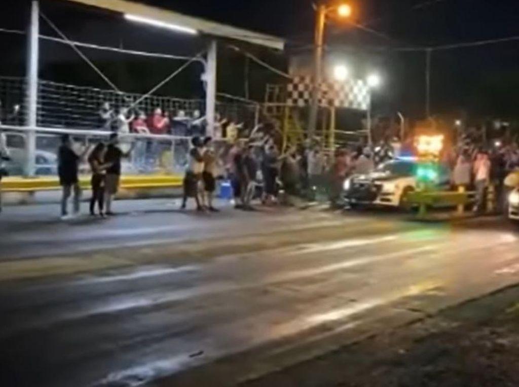 Gimana Sih?! 2 Mobil Patroli Polisi Malah Dipakai Drag Race