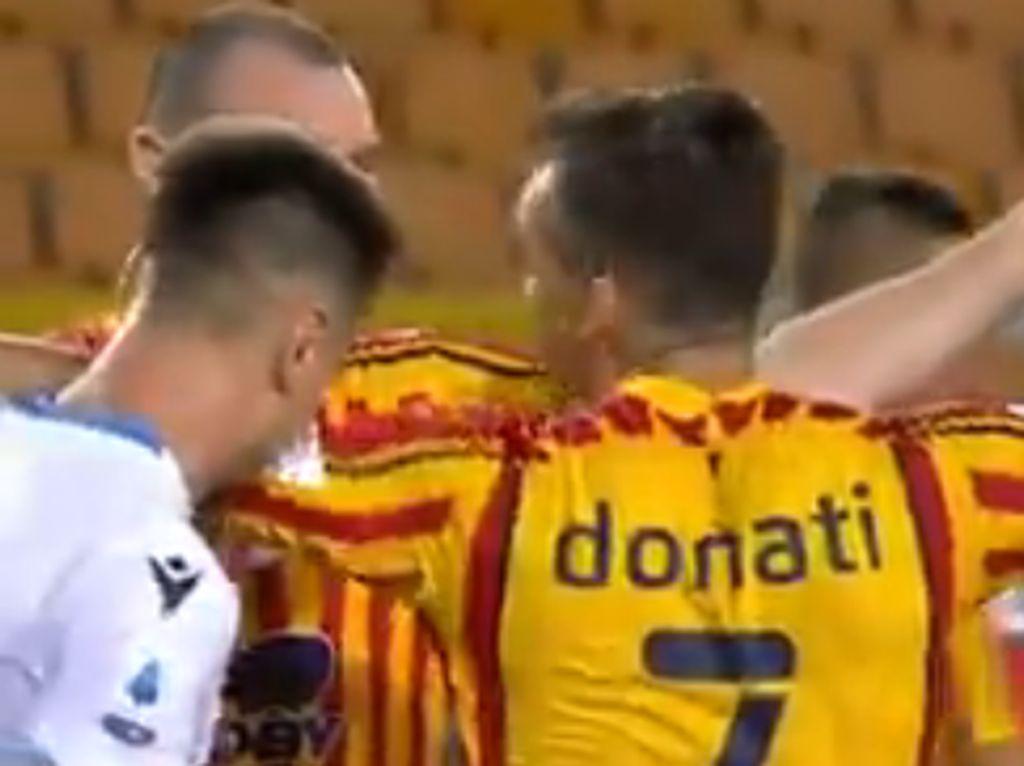 Hap! Momen Bek Lazio Gigit Pemain Lawan... lalu Dikartu Merah