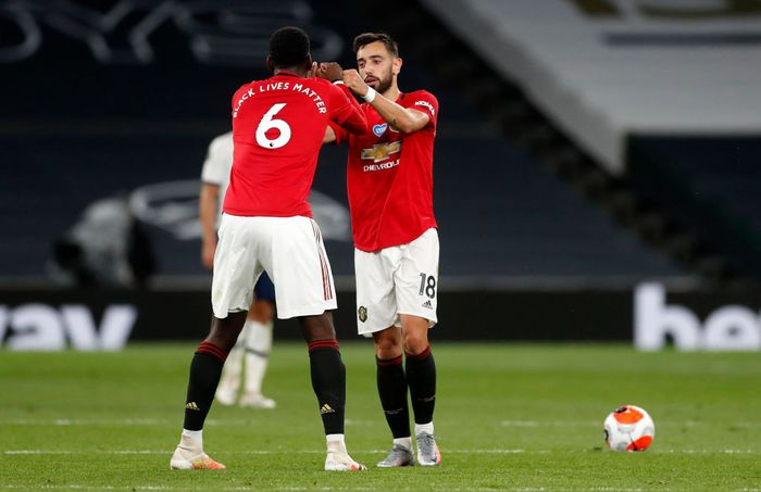 LONDON, ENGLAND - JUNE 19: Bruno Fernandes of Manchester United celebrates after scoring his sides first goal with teammate Paul Pogba of Manchester United during the Premier League match between Tottenham Hotspur and Manchester United at Tottenham Hotspur Stadium on June 19, 2020 in London, England. (Photo by Matt Childs/ Pool via Getty Images)