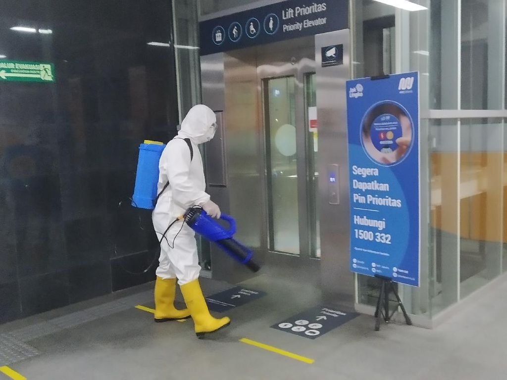 Tekan Laju Corona, BIN Semprot Disinfektan Stasiun MRT Istora Mandiri
