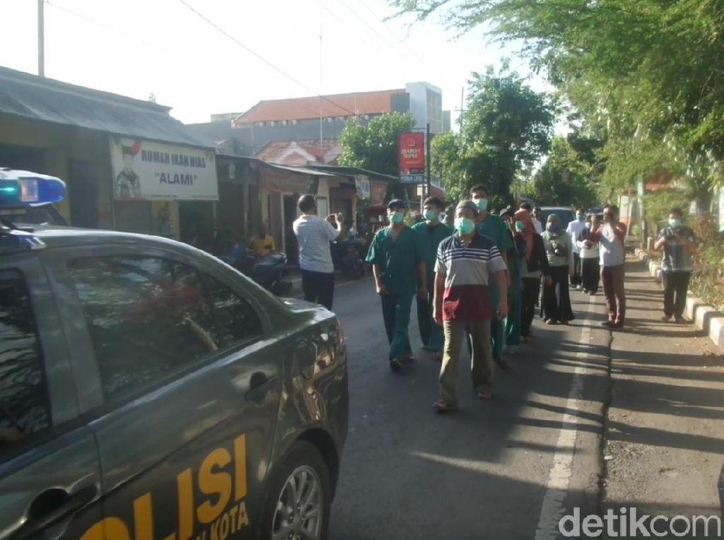 Sembuh dari COVID-19, Warga Lamongan Nazar Jalan Kaki Pulang ke Rumah