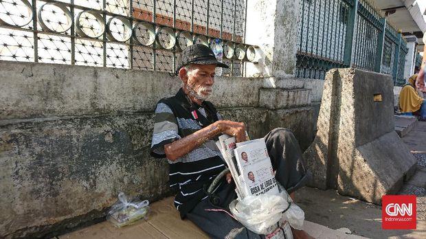 Abdulah, loper koran.