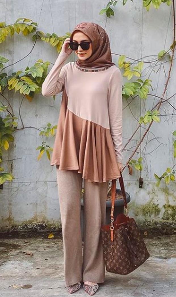 Tampilan dengan blouse dan kulot berbahan loose akan memberikan kesan jenjang dan elegan pada gaya office attire kamu.