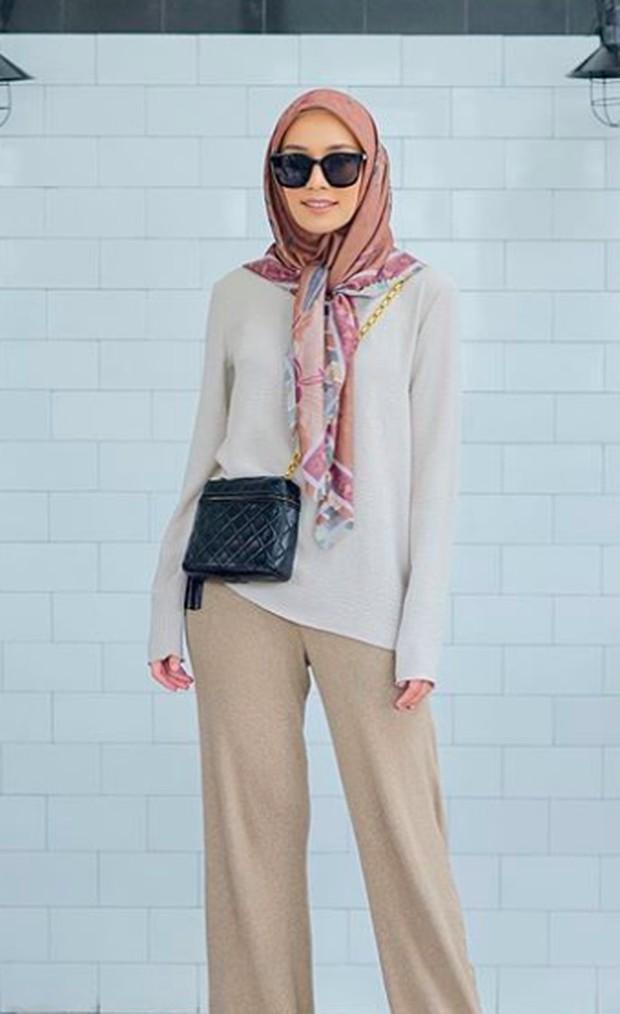 Tampil santai juga bisa terlihat modis dengan pilihan warna pakaian yang lembut dan senada.