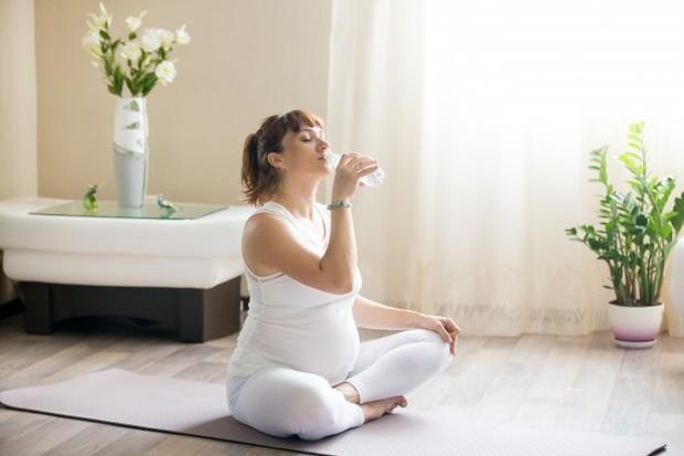 Ilustrasi wanita hamil meminum air putih