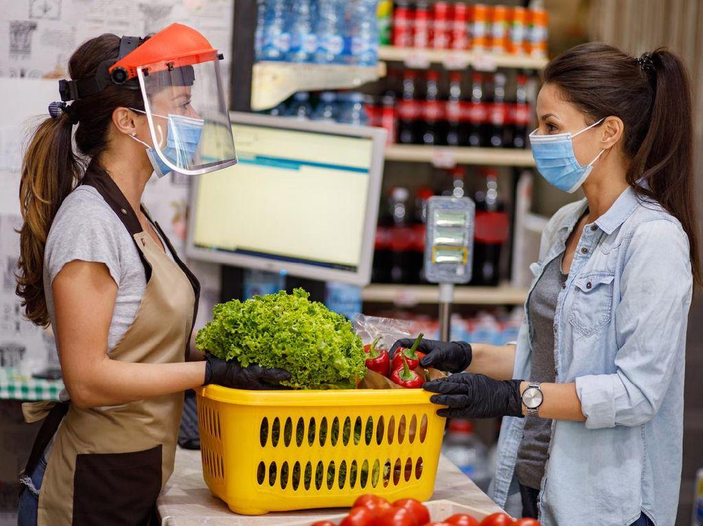 Nyaman Belanja di Pasar, Bawa Tas Belanja dan Pakai Masker