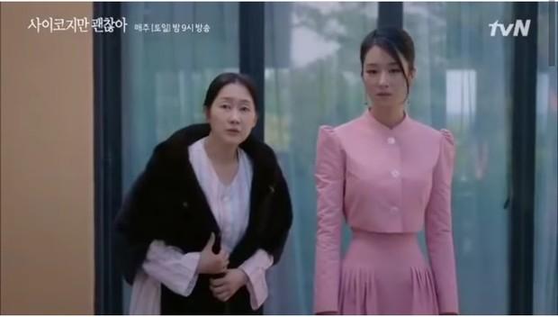 Setelan bermodel crop top lengan panjangdengan bawahanlong skirtyang dikenakan Seo Ye Ji memperlihatkan lekuk tubuh dan lingkar pinggangnya yang begitu ramping.
