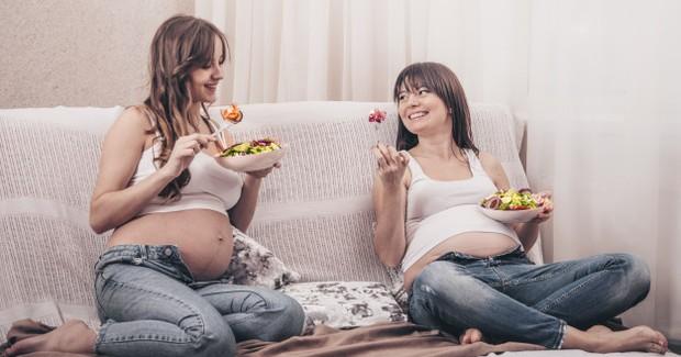Ilustrasi ibu hamil sedang memakan makanan sehat