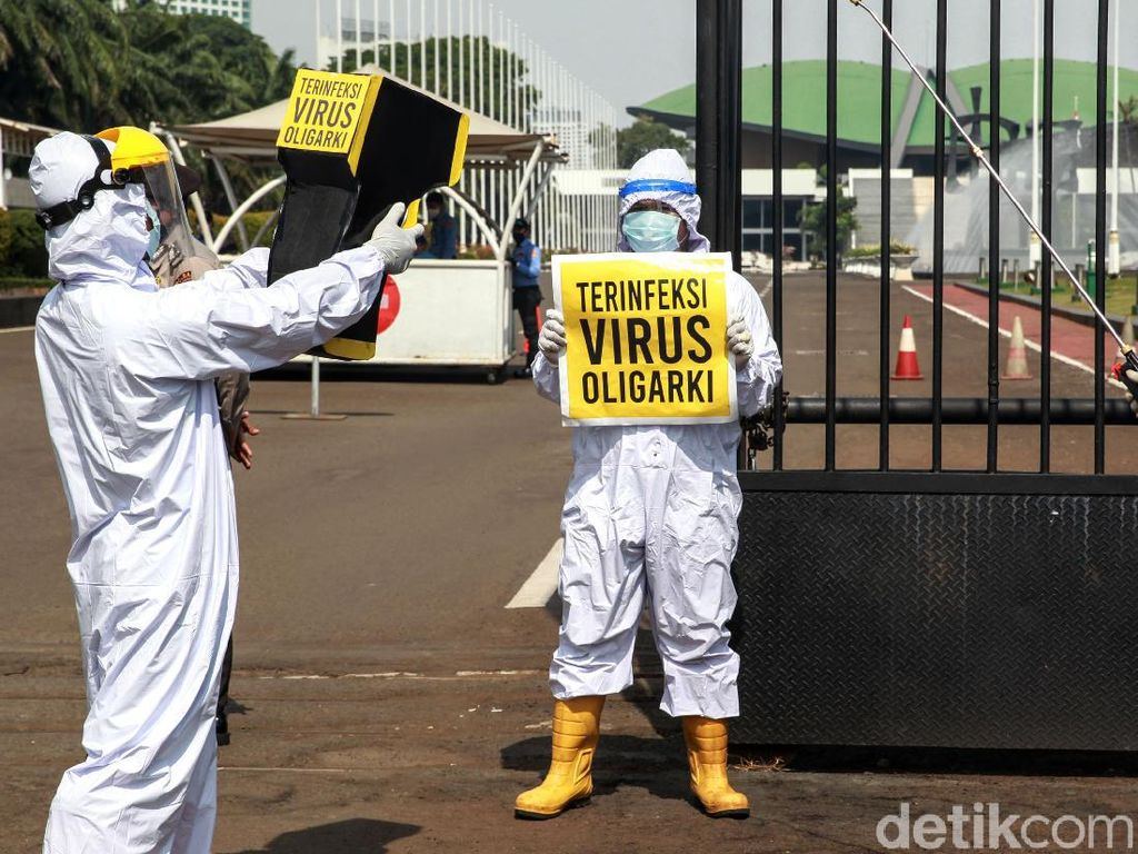 Gedung DPR Disemprot Vaksin Oligarki untuk Tolak Omnibus Law