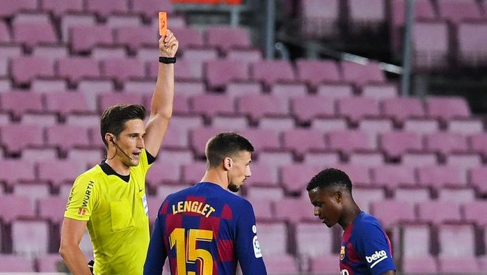 BARCELONA, SPAIN - JULY 08: Ansu Fati FC Barcelona is shown a red car by the referee during the Liga match between FC Barcelona and RCD Espanyol at Camp Nou on July 08, 2020 in Barcelona, Spain. Football Stadiums around Europe remain empty due to the Coronavirus Pandemic as Government social distancing laws prohibit fans inside venues resulting in all fixtures being played behind closed doors. (Photo by Alex Caparros/Getty Images)