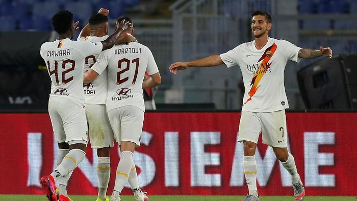 ROME, ITALY - JULY 08:  Jordan Veretout with his teammates of AS Roma celebrates after scoring the teams second goal during the Serie A match between AS Roma and Parma Calcio at Stadio Olimpico on July 8, 2020 in Rome, Italy.  (Photo by Paolo Bruno/Getty Images)