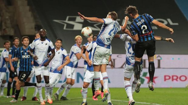 BERGAMO, ITALY - JULY 08:  Rafael Toloi of Atalanta BC scores the opening goal during the Serie A match between Atalanta BC and UC Sampdoria at Gewiss Stadium on July 8, 2020 in Bergamo, Italy.  (Photo by Emilio Andreoli/Getty Images)