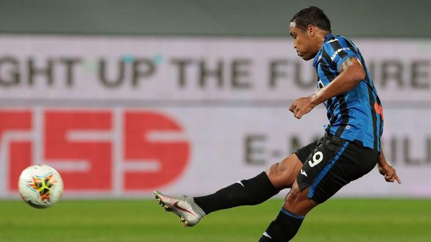 BERGAMO, ITALY - JULY 08:  Luis Muriel of Atalanta BC scores his goal during the Serie A match between Atalanta BC and UC Sampdoria at Gewiss Stadium on July 8, 2020 in Bergamo, Italy.  (Photo by Emilio Andreoli/Getty Images)