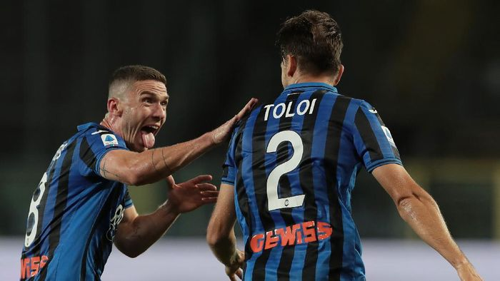 BERGAMO, ITALY - JULY 08:  Rafael Toloi of Atalanta BC celebrates with his team-mate Robin Gosens (L) after scoring the opening goal during the Serie A match between Atalanta BC and UC Sampdoria at Gewiss Stadium on July 8, 2020 in Bergamo, Italy.  (Photo by Emilio Andreoli/Getty Images)
