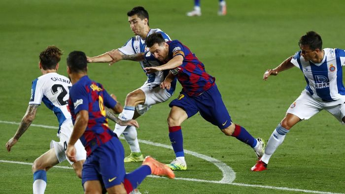 Barcelonas Lionel Messi runs for the ball next to Luis Suarez, against Espanyols Marc Roca, Fernando Calero and Bernardo Espinosa, left, during the Spanish La Liga soccer match between FC Barcelona and RCD Espanyol at the Camp Nou stadium in Barcelona, Spain, Wednesday, July 8, 2020. (AP Photo/Joan Monfort)