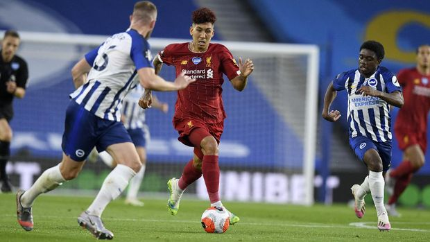 Liverpool's Roberto Firmino runs at the Brighton defenders during the English Premier League soccer match between Brighton and Liverpool at Falmer Stadium in Brighton, England, Wednesday, July 8, 2020. (AP Photo/Daniel Leal Olivas,Pool)