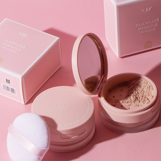 Bedak SASC Flawless Miracle Powder yang memberikan hasil long lasting di kulit wajah.
