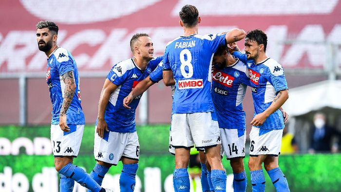 GENOA, ITALY - JULY 08: Dries Mertens of Napoli (2nd from right) celebrates with his team-mates after scoring a goal during the Serie A match between Genoa CFC and  SSC Napoli at Stadio Luigi Ferraris on July 8, 2020 in Genoa, Italy. (Photo by Paolo Rattini/Getty Images)