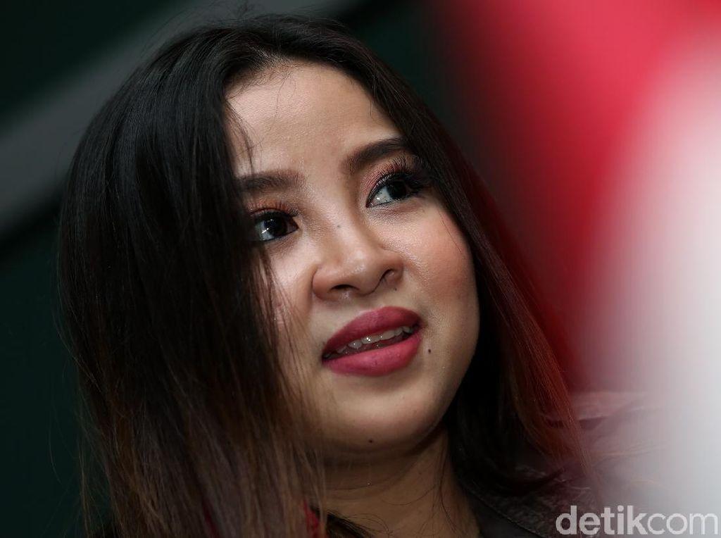 Senyum Manis Melan Si Putri John Kei