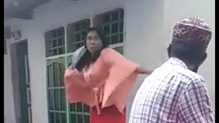 Seorang perempuan di Kota Makassar, Sulsel menjadi viral di media sosial karena aksinya melempar dan hendak merobek Al Quran (Gambar dalam video viral).